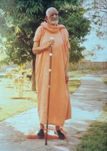 Gangeshwaranand-ji-maharaj-standing-214x300